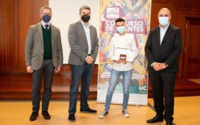 El Decano entrega el premio al vencedor del concurso de puentes de la UC